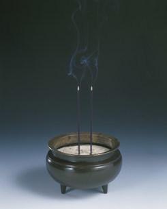 香炉と火のついた線香の写真素材 [FYI03248722]