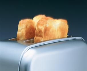 トースターからパンの飛出す瞬間の写真素材 [FYI03248803]