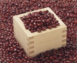 小豆を升で計量するの写真素材 [FYI03248809]