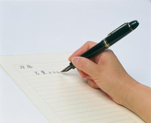 万年筆で手紙を書くの写真素材 [FYI03248811]