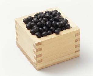 光黒大豆を升で計量するの写真素材 [FYI03248812]