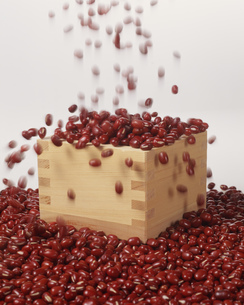 小豆を升にあけるの写真素材 [FYI03248815]