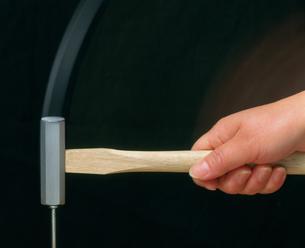 クギを打つ金づちと手の写真素材 [FYI03248827]
