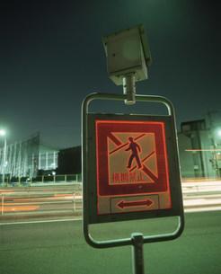 光るソーラー付道路標識の写真素材 [FYI03248881]