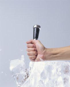 アイスピックで氷を砕くの写真素材 [FYI03248919]