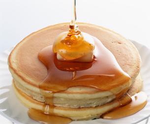 ホットケーキに蜜をかけるの写真素材 [FYI03248921]