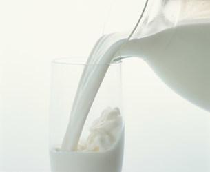 ミルクを注ぐの写真素材 [FYI03248977]