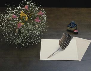 羽根ペンと便箋と花の写真素材 [FYI03249011]