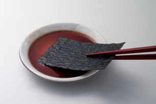 焼き海苔と醤油の写真素材 [FYI03249146]