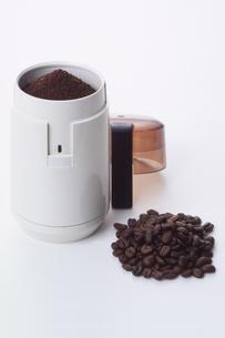 コーヒーミルとコーヒー豆の写真素材 [FYI03249159]