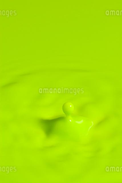 水滴の落下の写真素材 [FYI03249220]