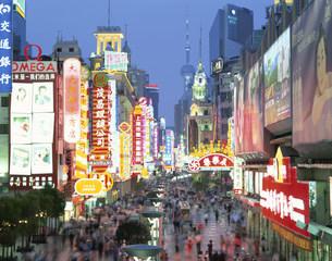 南京路歩行街夜景の写真素材 [FYI03249864]