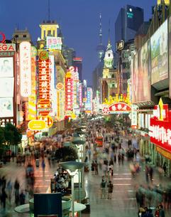南京路歩行街の夜景の写真素材 [FYI03249881]