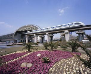 龍陽路駅のリニアモーターカー 上海磁浮列車の写真素材 [FYI03250703]