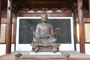 天台山 国清寺 智者大師紀念堂の大師像の写真素材 [FYI03251135]