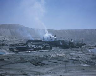 銅の精錬工場とチュキカマタ銅山の写真素材 [FYI03252042]