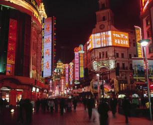 南京路歩行街の夜景の写真素材 [FYI03252836]