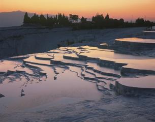 石灰棚 夕景 パムッカレ トルコの写真素材 [FYI03253410]