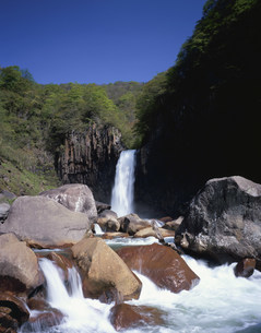 新緑の苗名滝の写真素材 [FYI03253724]