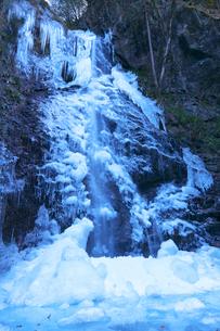 氷結した滝 払沢の滝の写真素材 [FYI03253956]