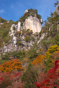 昇仙峡 覚円峰の紅葉の写真素材 [FYI03254134]