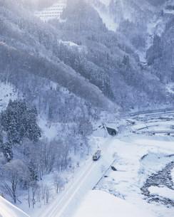 雪の姫川畔とディーゼルカーの写真素材 [FYI03254710]