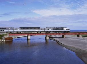 オホーツク海と特急列車「クリスタル・エクスプレス」の写真素材 [FYI03254795]