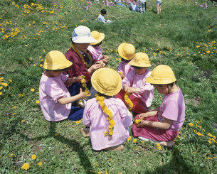 首飾りを作る園児たちの写真素材 [FYI03254916]