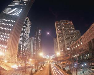 西新宿中央通り夜景と月の写真素材 [FYI03255100]
