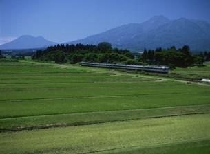 夏の妙高・黒姫山と信越本線の写真素材 [FYI03255151]