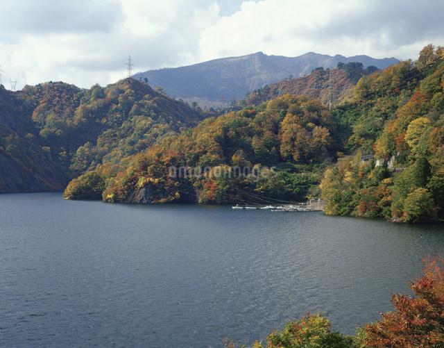 田子倉湖の紅葉と浅草岳の写真素材 [FYI03255724]