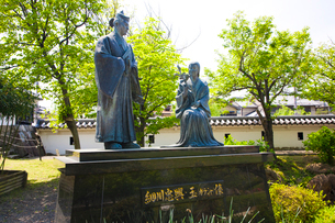 細川忠興とガラシャ(お玉)の像の写真素材 [FYI03256798]