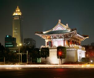 景福門と新光摩天楼の写真素材 [FYI03257632]