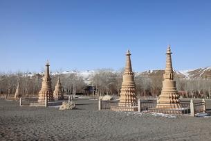 莫高窟の仏塔と鳴沙山の写真素材 [FYI03259277]