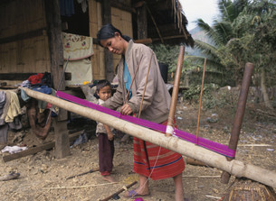 織物を織る女性 山岳民族の写真素材 [FYI03260247]