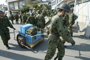 福岡西方沖地震 玄界島の自衛隊員の写真素材 [FYI03260326]