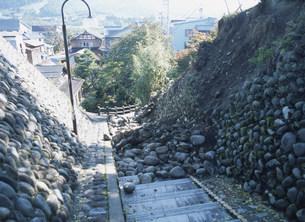 新潟県中越地震 崖崩れの遊歩道の写真素材 [FYI03260344]