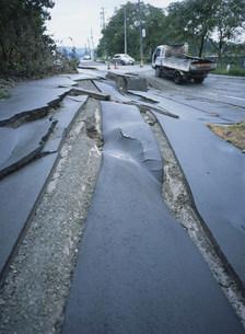 新潟県中越地震 陥没した道路177号線の写真素材 [FYI03260345]