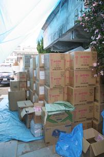 新潟中越地震 積み上げられた災害援助物資の写真素材 [FYI03260347]