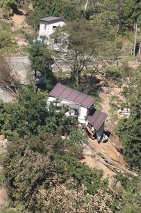 新潟中越地震 被災した家屋と道路の写真素材 [FYI03260349]