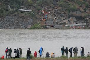 新潟中越地震 生き埋めになった家族の救助の写真素材 [FYI03260359]