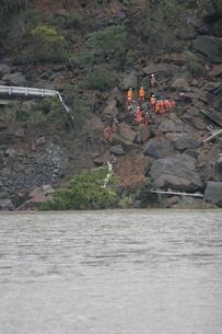 新潟中越地震 生き埋めになった家族の救助の写真素材 [FYI03260360]
