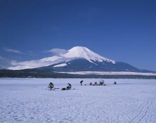 ワカサギ釣りと富士山の写真素材 [FYI03260650]