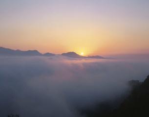 国見ヶ丘より望む雲海と日の出の写真素材 [FYI03260794]