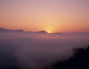 雲海の日の出 国見ヶ丘より望むの写真素材 [FYI03260805]