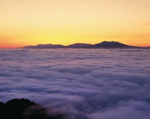 雲海の夜明と斜里岳の写真素材 [FYI03260854]