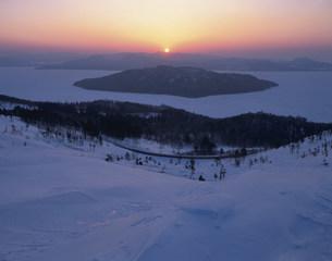 日ノ出の屈斜路湖の写真素材 [FYI03260903]