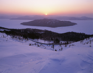 日ノ出の屈斜路湖 美幌峠の写真素材 [FYI03260920]