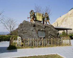 高取峠かごかき像の写真素材 [FYI03261007]