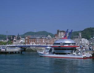 レトロ地区と観光船の写真素材 [FYI03261040]